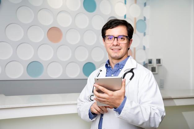 Médio, tiro, doutor, usando, seu, tabuleta Foto gratuita