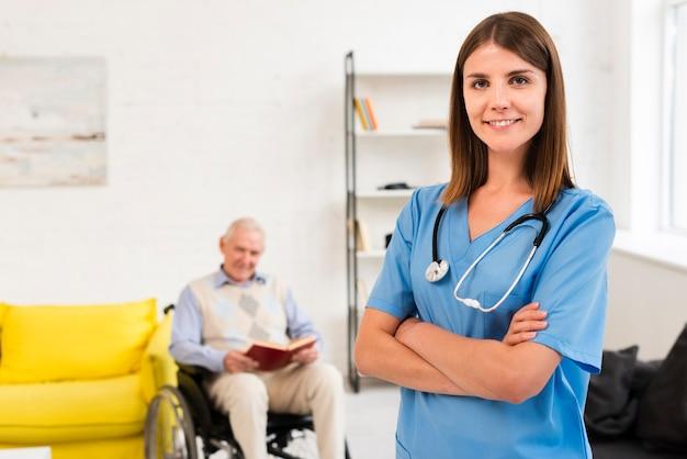 Médio, tiro, enfermeira, posar, enquanto, olhando câmera Foto gratuita