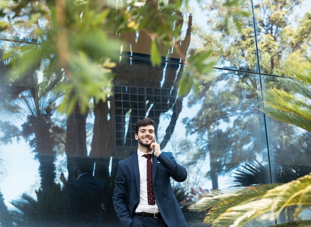 Médio, tiro, feliz, advogado, conversa telefone Foto gratuita