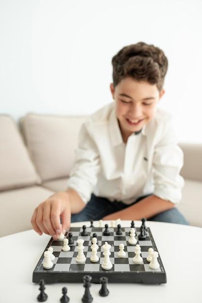 Médio, tiro, feliz, sujeito, xadrez jogando Foto gratuita