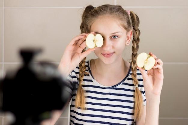 Médio, tiro, menina, segurando, maçã Foto gratuita