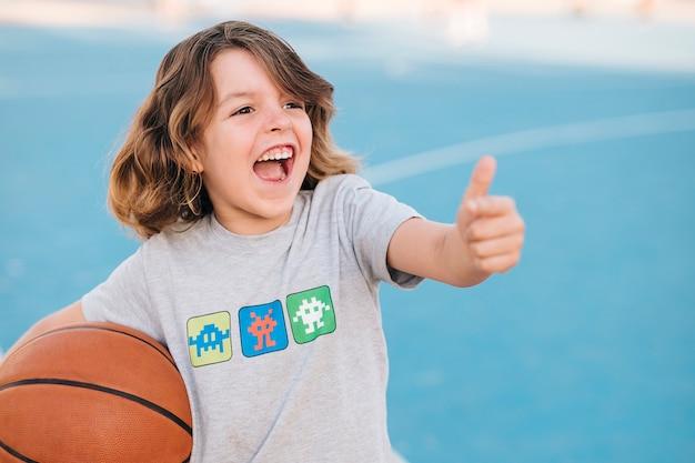 Médio, tiro, menino, basquetebol Foto gratuita