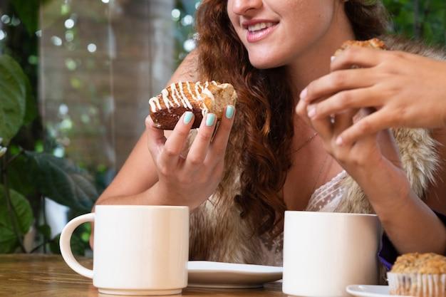 Médio, tiro, mulher, comer, doces Foto gratuita