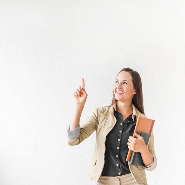 Médio, tiro, mulher negócio, apontar, com, espaço cópia Foto gratuita