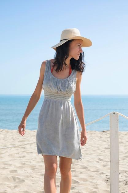Médio, tiro, mulher, olhando, praia Foto gratuita