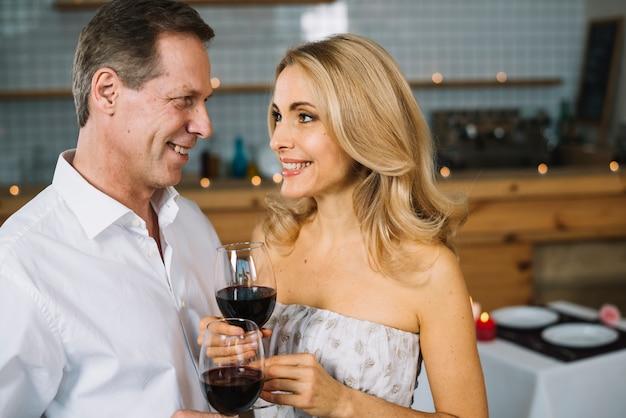 Médio, tiro, par, desfrutando, vinho Foto gratuita