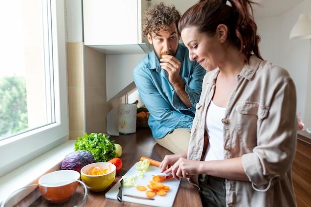 Médio, tiro, par, durante, jantar, cozinhar Foto gratuita