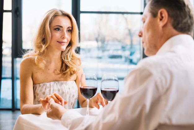 Médio, tiro, par, durante, romanticos, jantar Foto gratuita