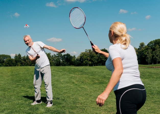 Médio, tiro, par, jogando tênis Foto gratuita