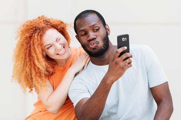 Médio, tiro, par, levando, um, selfie Foto gratuita