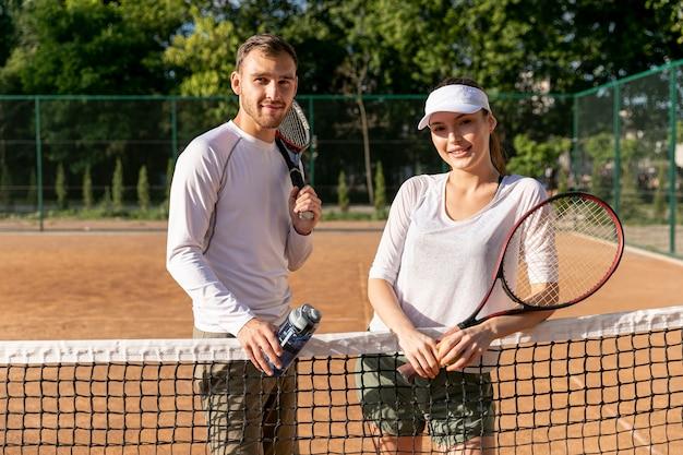 Médio, tiro, par, ligado, quadra tênis Foto gratuita