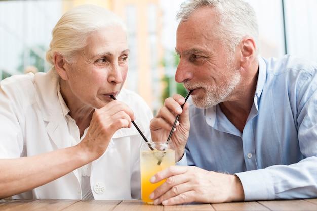 Médio, tiro, par velho, olhando um ao outro Foto gratuita
