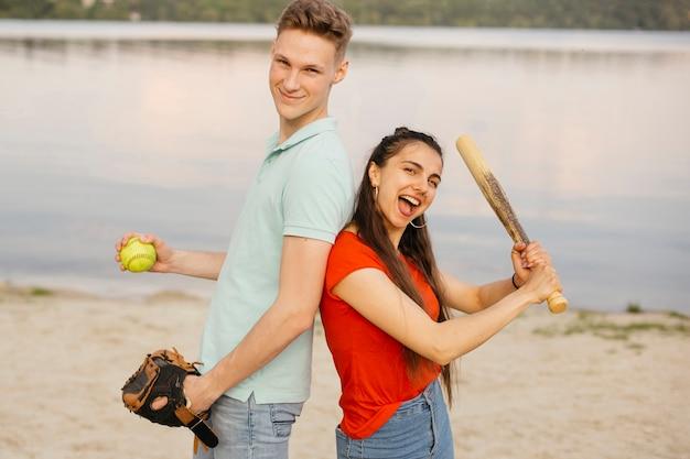Médio, tiro, smiley, amigos, posar, com, basebol, equipamento Foto gratuita