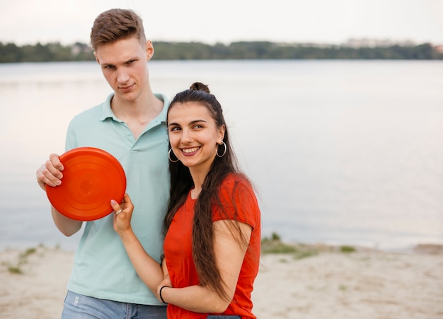 Médio, tiro, smiley, amigos, vermelho, frisbee Foto gratuita