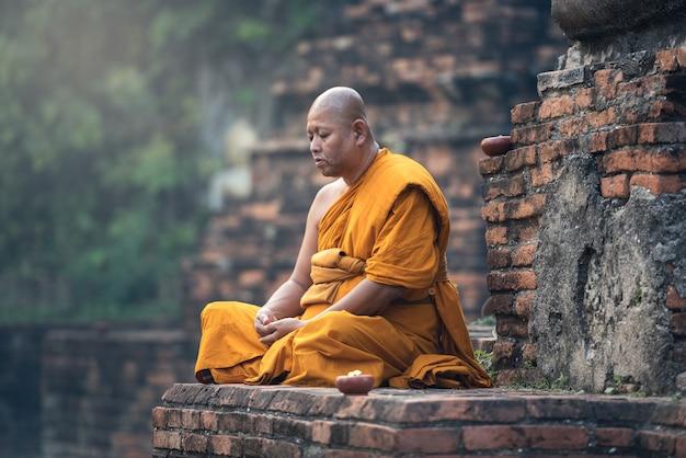 Meditação de monge budista no templo Foto Premium
