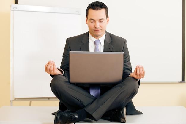 Meditação na mesa Foto Premium