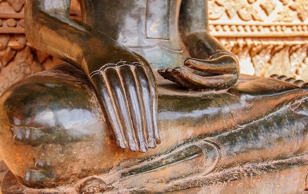 Meia-corpo estátua do budismo antigo no templo de laos Foto gratuita