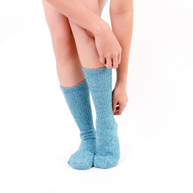 Meias de algodão azul nos pés da mulher bonita. Foto Premium