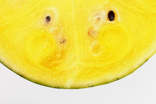 Meias fatias de melancia amarela saborosa e madura em uma textura branca e isolada de polpa suculenta Foto Premium