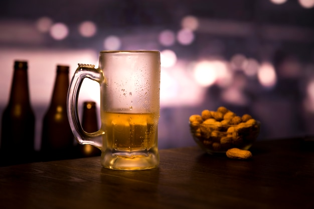 Meio copo de cerveja vazio Foto gratuita
