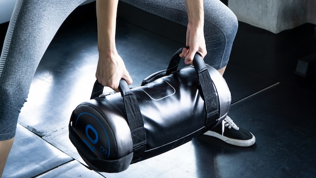 Meio, de, muscular, mulher, weightlifting, em, ginásio Foto Premium