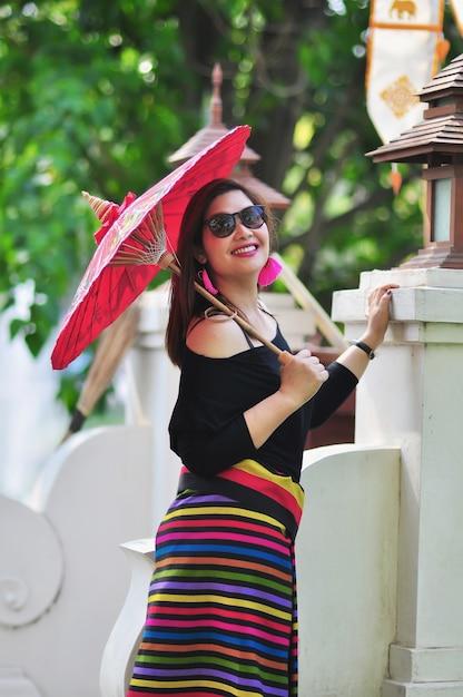 Meio envelheceu, senhora tailandesa, em, coloridos, norte, tailandês, estilo, traje, em, ao ar livre, turista, lugar, em, chiang mai lanna, tailandia Foto gratuita