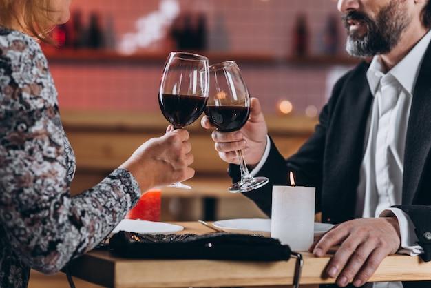Meio envelhecido casal apaixonado janta no restaurante Foto Premium