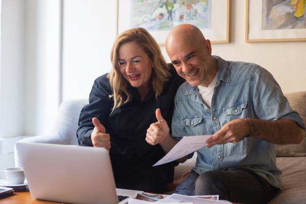 Meio envelhecido casal aparecendo polegar Foto gratuita