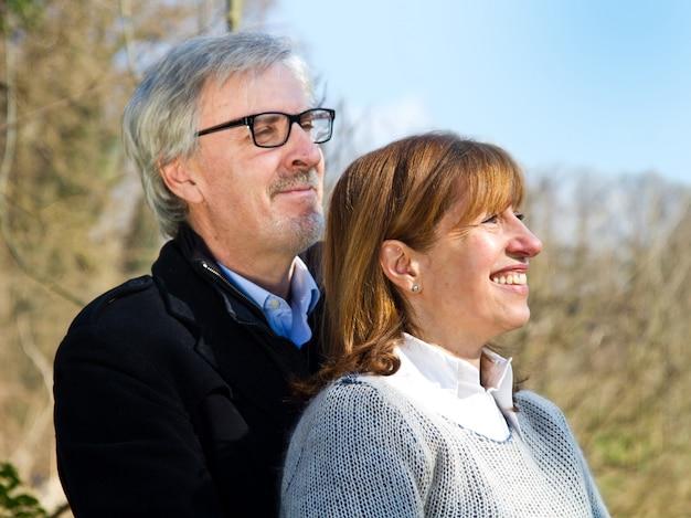 Meio envelhecido casal fofo abraçando ao ar livre Foto Premium