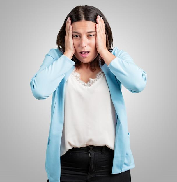 Meio, envelhecido, mulher, frustrado, e, desesperado, zangado, e, triste, com, mãos cabeça Foto Premium