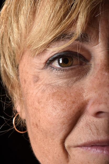 Meio envelhecido, rosto mulher, close-up Foto Premium