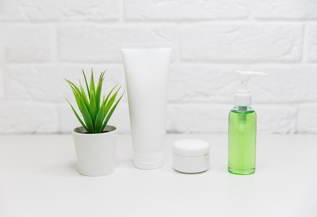 Meios para frascos para o rosto e frascos de tônico, água de limpeza, creme Foto Premium