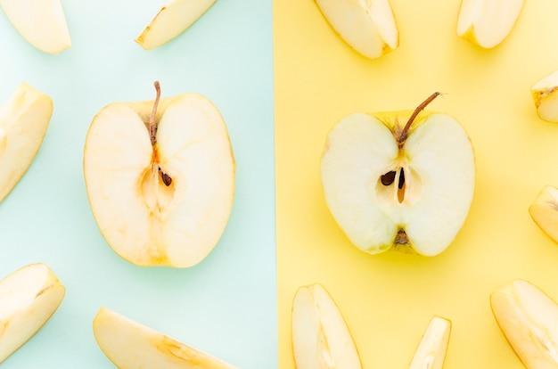 Meios pedaços de maçã amarela Foto gratuita