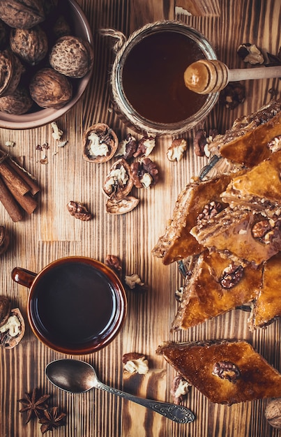 Mel de baklava com nozes. foco seletivo. comida. Foto Premium