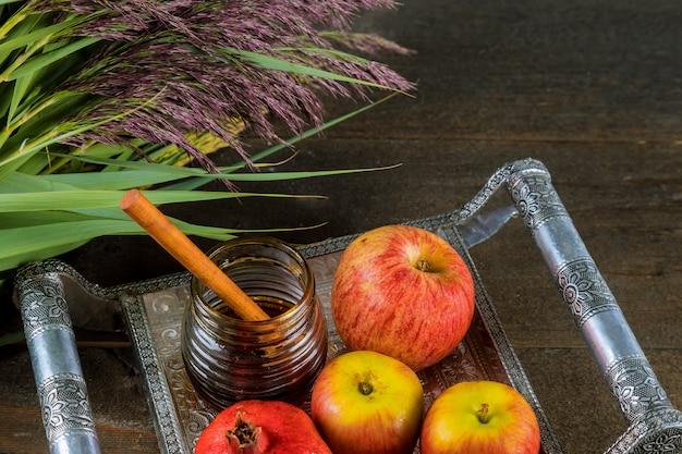 Mel e maçãs no feriado judaico rosh hashaná livro da torá Foto Premium