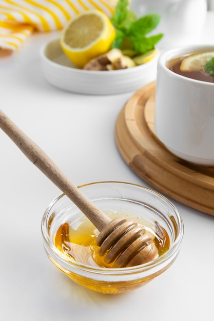 Mel natural dourado outono inverno bebida quente ingrediente tigela de vidro tigela de mel sazonal Foto Premium