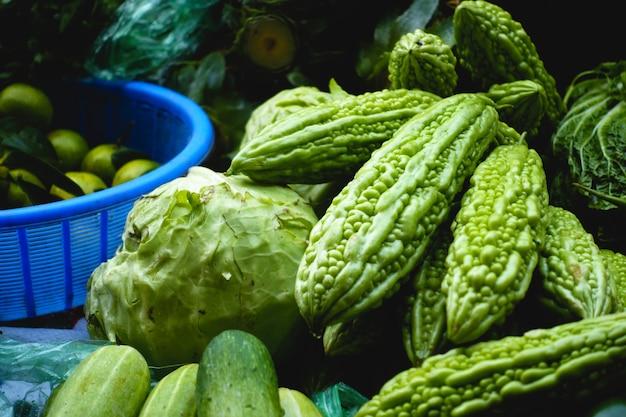 Melão amargo no mercado asiático Foto gratuita