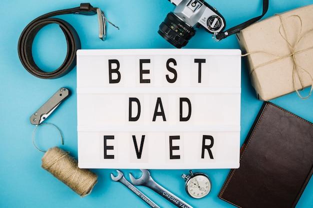 Melhor pai já título sobre tablet perto de acessórios masculinos Foto gratuita