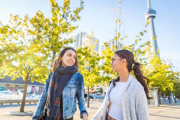 Melhores amigas andando juntos em toronto Foto Premium