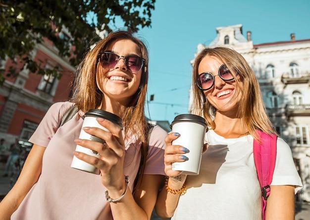 Melhores amigas com xícaras de café Foto Premium