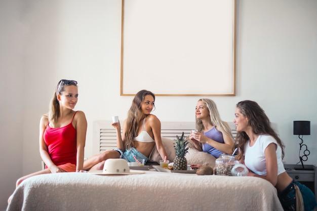 Melhores amigas conversando na cama Foto Premium