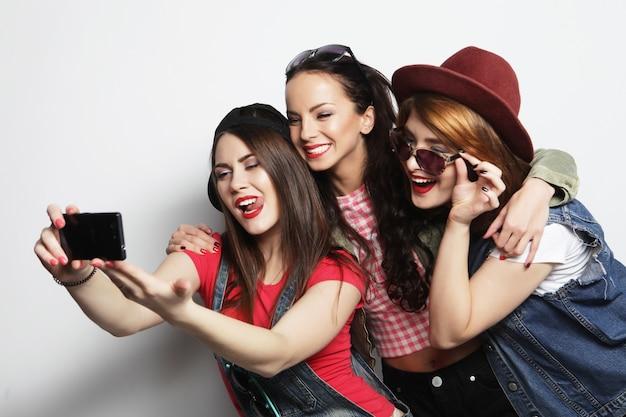 Melhores amigas de meninas hipster tomando selfie Foto Premium