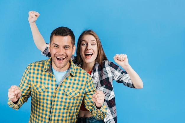 Melhores amigas expressando uma vitória Foto gratuita