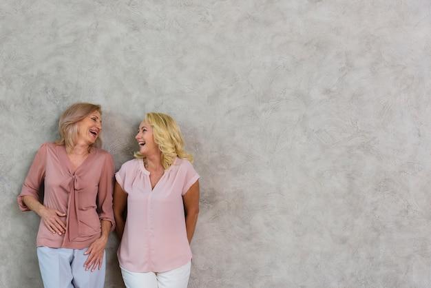 Melhores amigas maduras rindo junto com espaço de cópia Foto gratuita