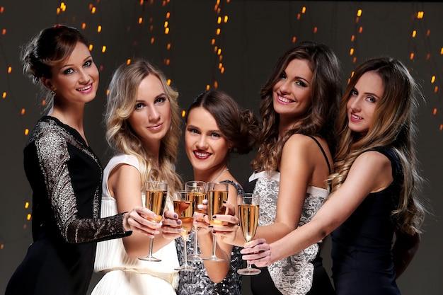 Melhores amigas para uma festa de ano novo Foto gratuita