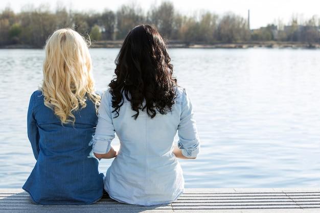 Melhores amigos atraentes ao ar livre Foto gratuita