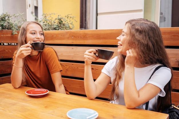 Melhores amigos tomando café juntos ao ar livre Foto gratuita