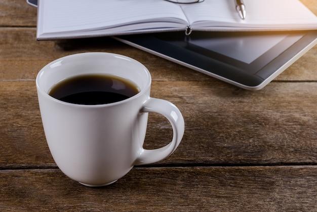 Melicio local de trabalho no desktop de madeira com café Foto Premium