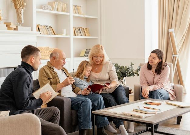 Membros médios da família juntos Foto Premium
