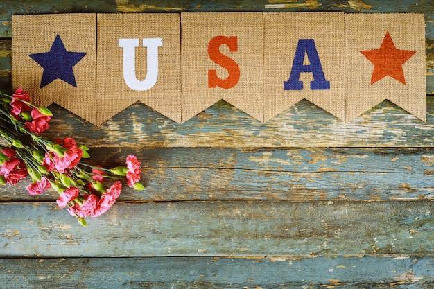 Memorial day, celebração de veteranos com texto eua em flores de cravo rosa Foto Premium